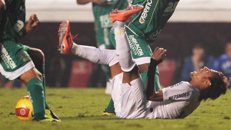Neymar voltou a usar proteção no punho esquerdo; jogador sofreu lesão no dia 19 em jogo da Libertadores