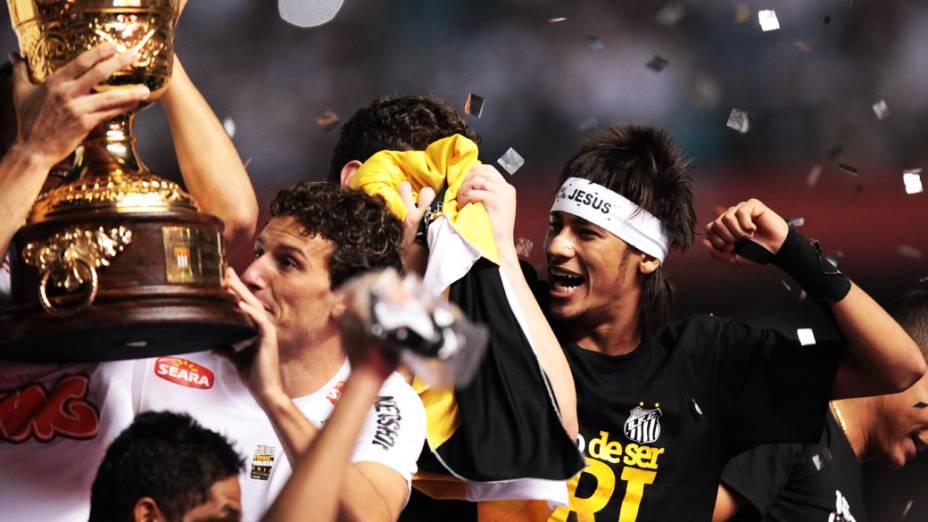 Jogadores santistas seguram a taça de campeão Paulista de 2012, no estádio do Morumbi, em São Paulo