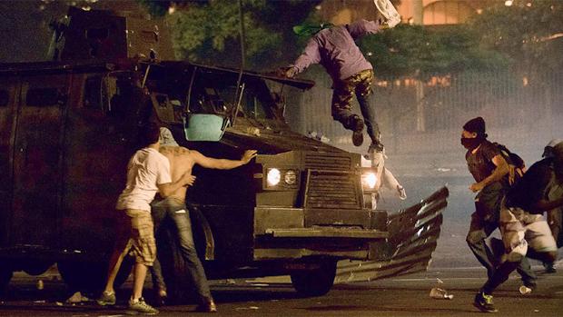 DESORDEM INSTALADA - Um blindado da polícia militar é atacado no Rio, na quinta-feira