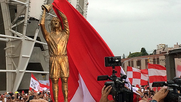 Estátua de Fernando Lúcio da Costa tem o seu tamanho natural, 1,90m