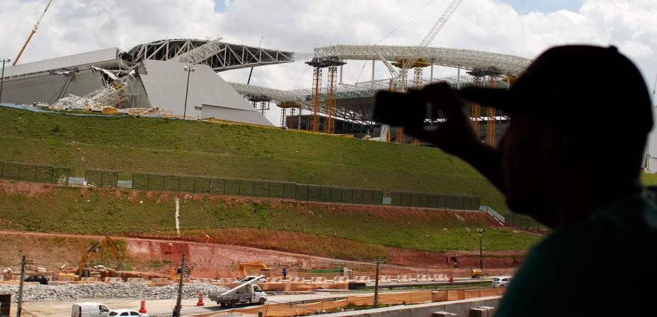 Homem fotografa estrutura danificada do Itaquerão, em São Paulo