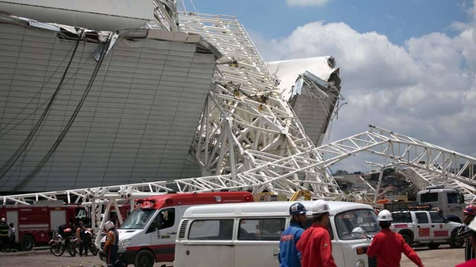 Peça da cobertura do Itaquerão desaba no começo da tarde desta quarta-feira (27), em São Paulo