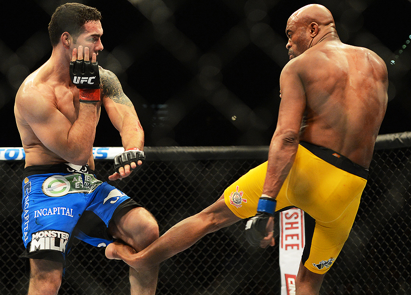 Anderson Silva sofre grave lesão no UFC 168