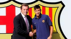 Neymar ao lado de Sandro Rosell no Estádio Camp Nou, em Barcelona. O brasileiro assinou um contrato de cinco anos com clube espanhol em 2013