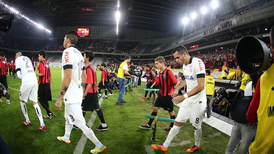 Atlético Paranaense e Corinthians entram em campo, durante o jogo teste na Arena da Baixada
