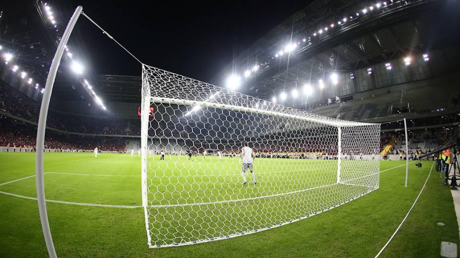 Atlético Paranaense e Corinthians duranteo jogo teste na Arena da Baixada