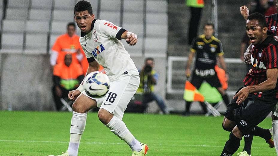 Jogador Luciano, do Corinthians, em lance durante o amistoso contra o Atlético Paranaense, na Arena da Baixada em Curitiba