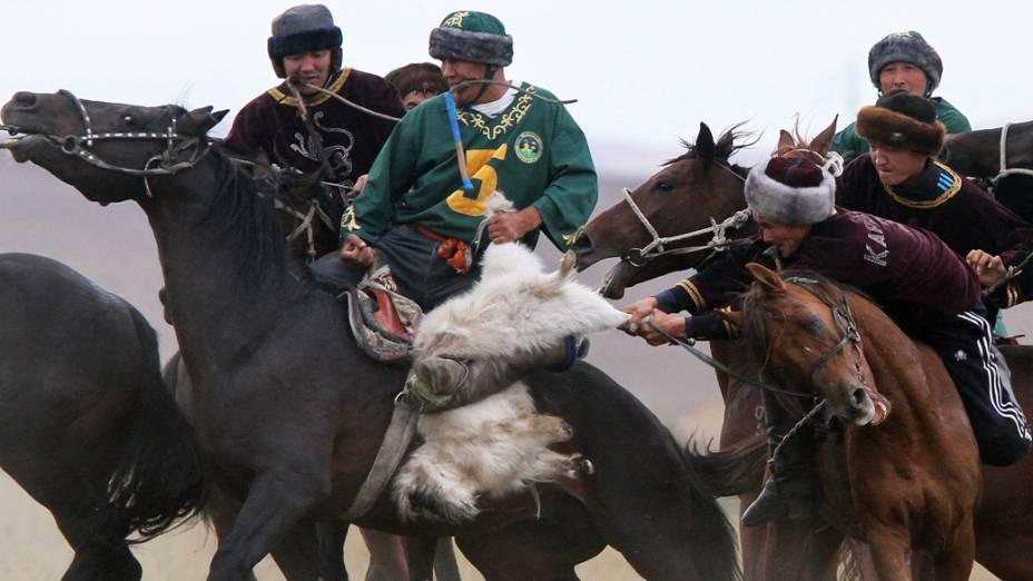 Homens jogam Buzkashi, jogo tradicional da Ásia Central, durante festival no Cazaquistão