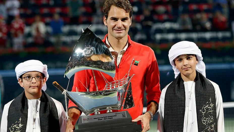 O tenista Roger Federer levanta o troféu após vencer a final contra o checo Tomas Berdych, em Dubai