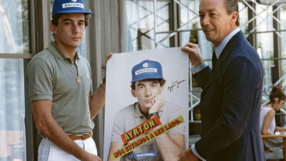 Ayrton Senna e cartaz de seu patrocinador, o Banco Nacional