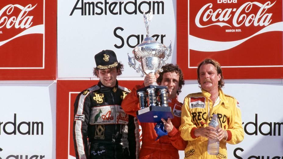 Pódio do GP do Brasil 1984, dia da estreia de Senna na F1: o vencedor foi Alain Prost (centro), seguido por Keke Rosberg (à dir.) e Elio de Angelis