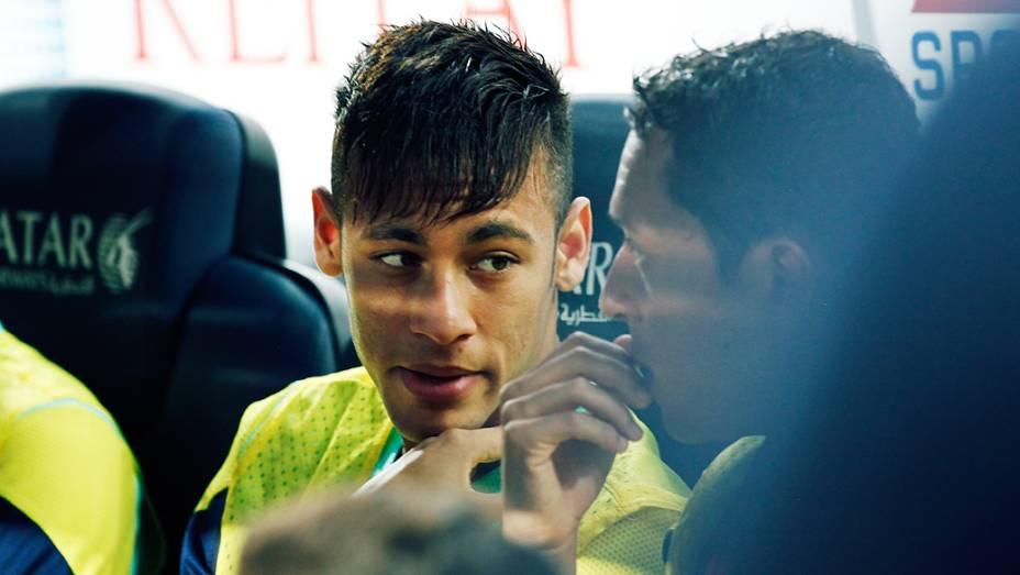 ...mas assistiu ao 1º tempo entre Barcelona e Santos do banco de reservas, ao lado do brasileiro Adriano