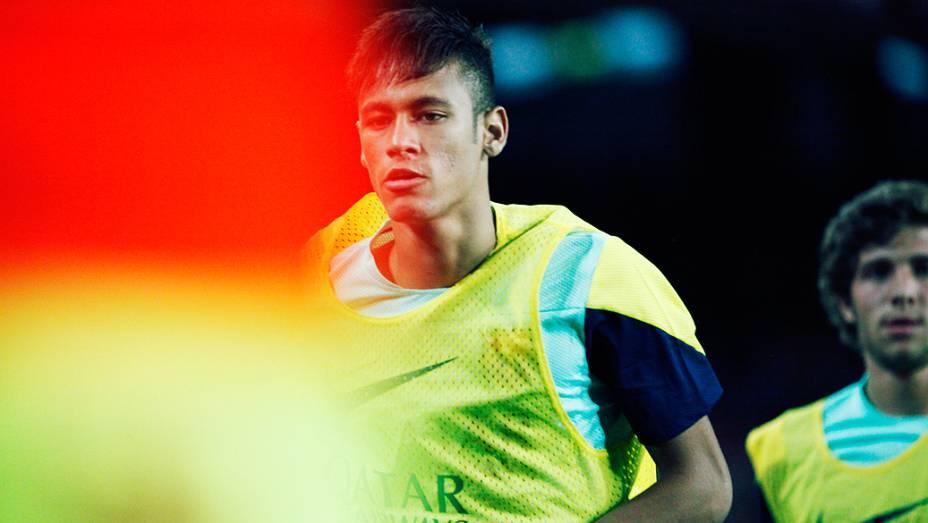 Enquanto Neymar fazia aquecimento ao lado do banco de reservas...