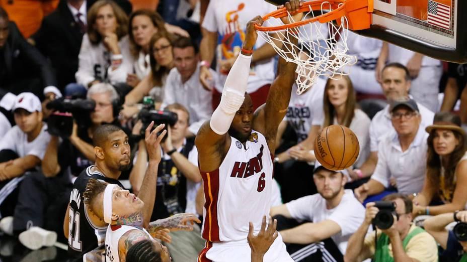 Jogador LeBron James do Miami Heat faz a cesta, durante o 6º jogo da final da NBA contra o San Antonio Spurs