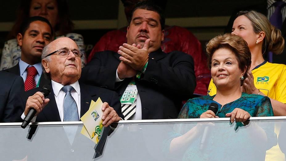 Joseph Blatter ao lado da presidente Dilma Rousseff, vaiada na abertura da Copa das Confederações no estádio Mané Garrincha em Brasília