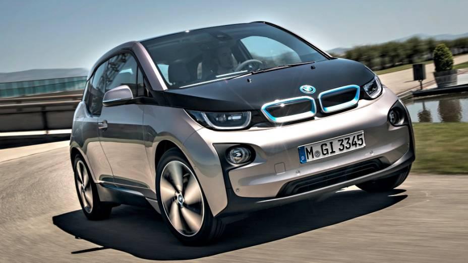 O i3 é movido por um motor elétrico alimentado por baterias de íon-lítio e pode rodar até 160 km sem necessidade de recarga das baterias