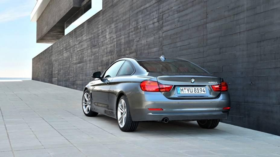 BMW Série 4 estreia nas lojas da Europa em outubro. Terá opções de motores turbo e aspirados, incluindo versões com tração traseira ou integral