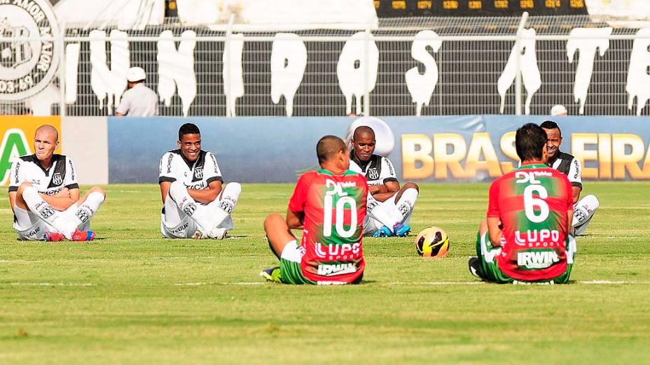 Jogadores realizam protesto pelo Bom Senso FC durante a partida entre Ponte Preta e Portuguesa, válida pelo Campeonato Brasileiro 2013, no Estádio Moisés Lucarelli, em Campinas