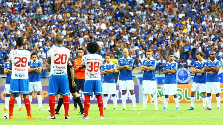 Jogadores realizam protesto pelo Movimento Bom Senso FC durante a partida entre Cruzeiro e Bahia, válida pelo Campeonato Brasileiro 2013, no Estádio Arena Mineirão, em Belo Horizonte