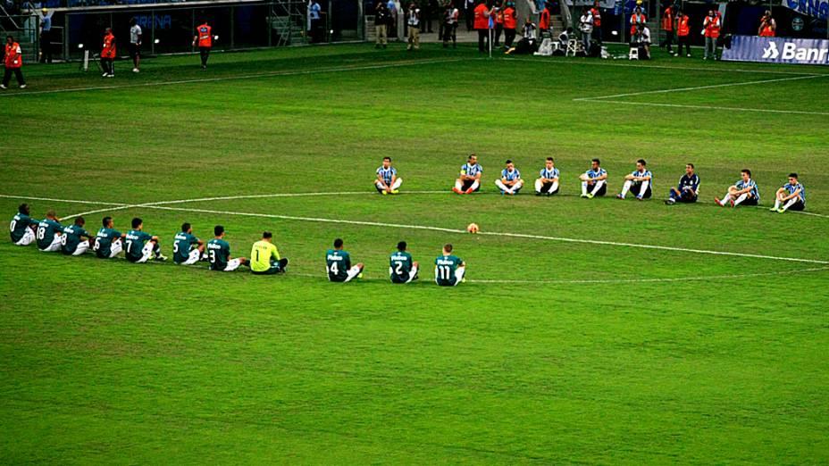 Jogadores realizam protesto pelo Movimento Bom Senso FC durante a partida entre Grêmio e Goiás, válida pelo Campeonato Brasileiro 2013, realizada na Arena do Grêmio