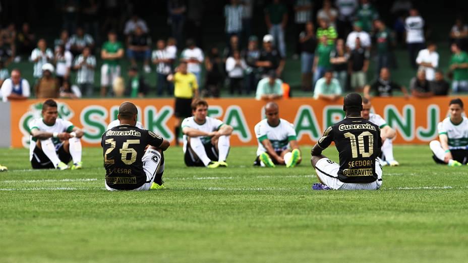 Jogadores realizam protesto pelo Movimento Bom Senso FC durante a partida entre Coritiba e Botafogo, válida pelo Campeonato Brasileiro 2013, realizada no Estádio Couto Pereira