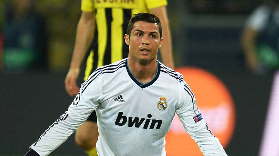 Cristiano Ronaldo pede falta durante partida  contra o Borussia Dortmund