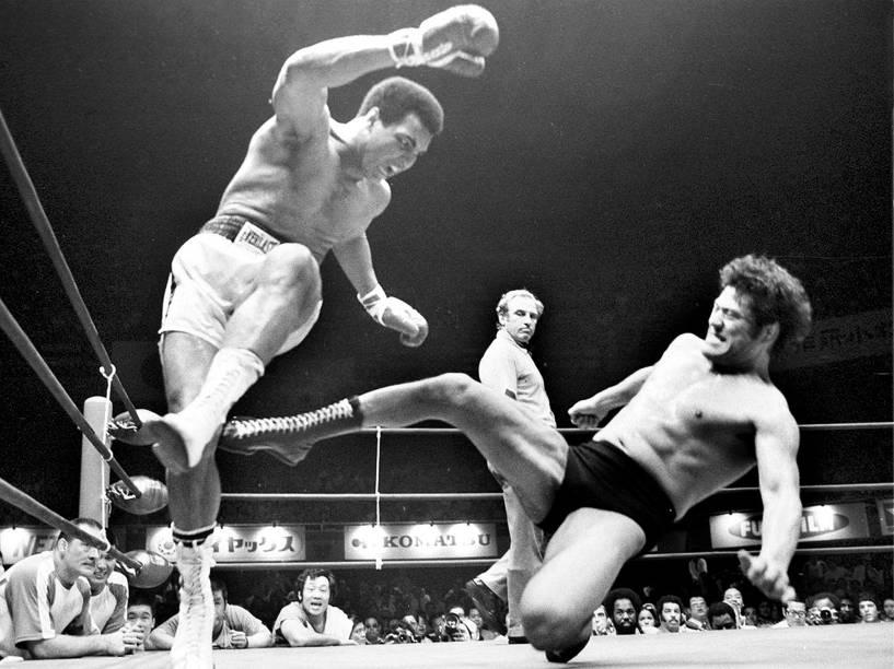Muhammad Ali se esquiva de um golpe dado por Antonio Inoki, na luta entre Boxe vs Wrestling em junho de 1976, em Tóquio