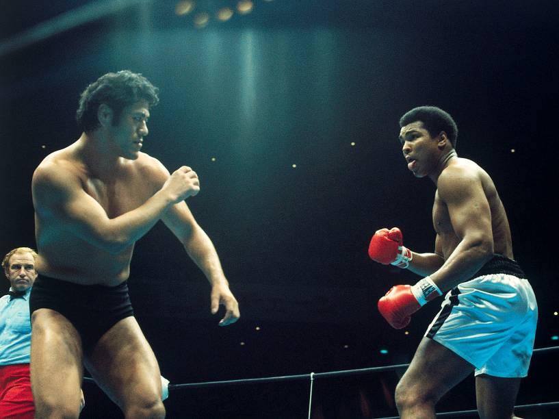 O boxeador Muhammad Ali enfrenta o wrestler Antonio Inoki, em junho de 1976 em Tóquio. Após 15 rounds, a luta terminou empatada