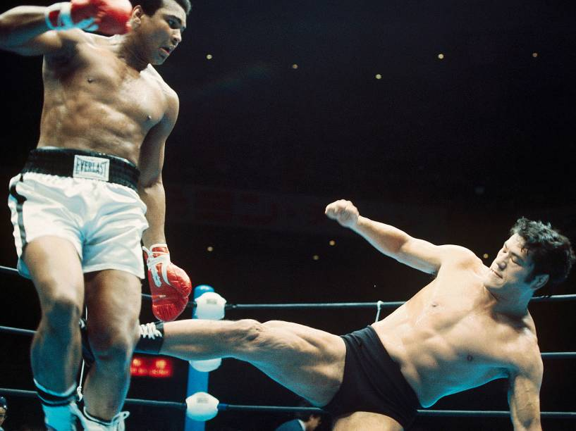 O wrestler japonês, Antonio Inoki, acerta um golpe no boxeador Muhammad Ali, em junho de 1976 em Tóquio