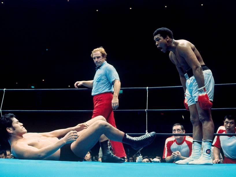 O wrestler Antonio Inoki luta com o boxeador Muhammad Ali em junho de 1976, em Tóquio