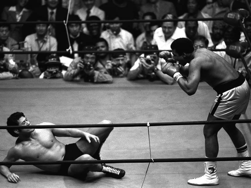 O boxeador Muhammad Ali e o wrestler japonês Antonio Inoki, se enfrentam em junho de 1976, em Tóquio