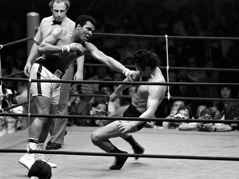 O boxeador Muhammad Ali acerta um golpe no wrestler Antonio Inoki, em junho de 1976 em Tóquio