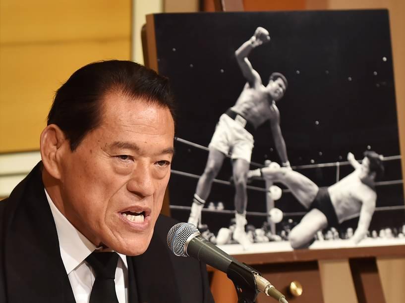 O parlamentar japonês e ex-lutador Antonio Inoki fala sobre a morte de Muhammad Ali, em Tóquio