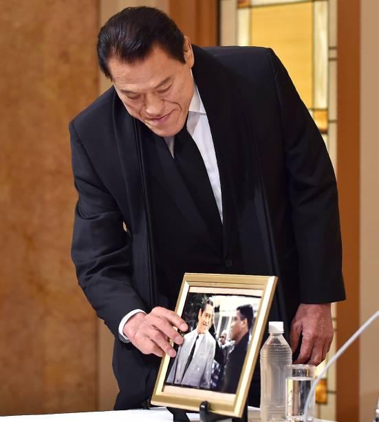 O parlamentar japonês Antonio Inoki, mostra uma foto sua com Muhammad Ali tirada em 1995, durante uma coletiva em que falou sobre a morte do ex-boxeador, em Tóquio