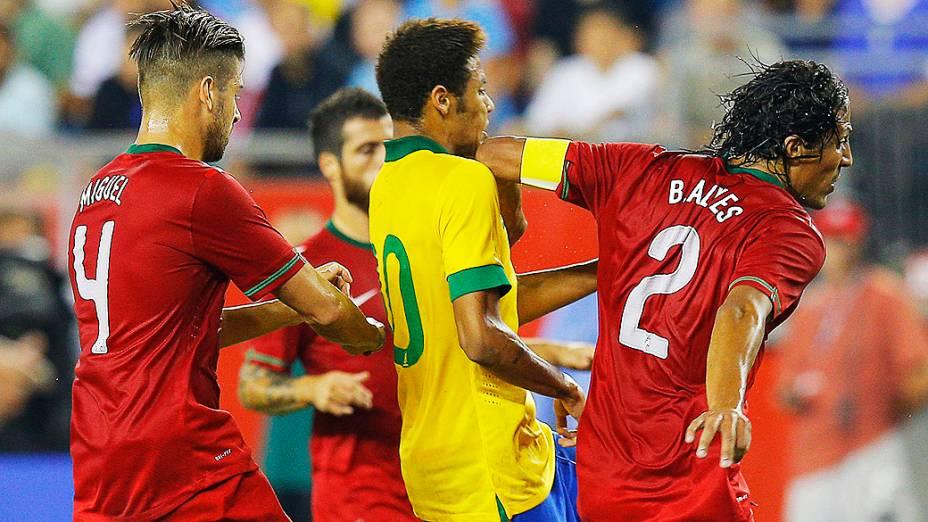 Neymar é atingido pelo cotovelo de Bruno Alves durante jogo amistoso do Brasil contra Portugal em Foxborough, Massachusetts