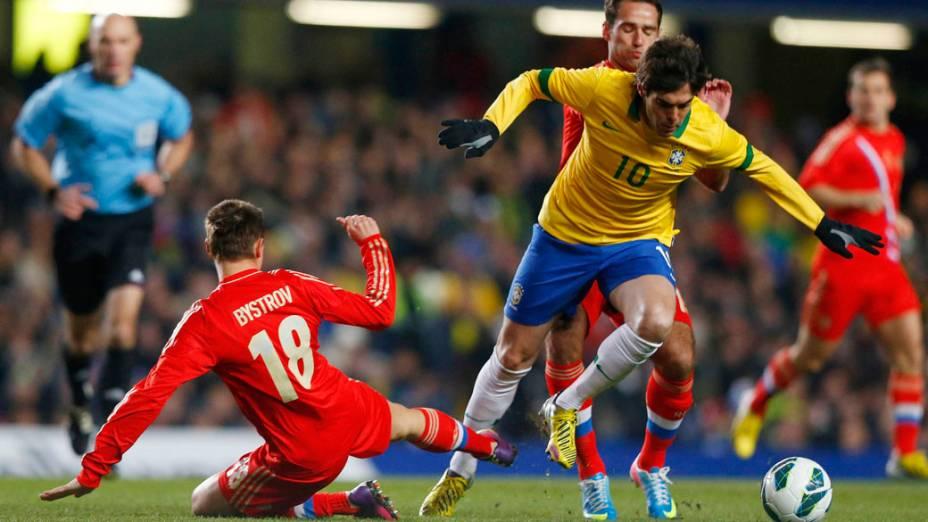 Kaká escapa da marcação do jogador russo no amistoso entre Brasil e Rússia