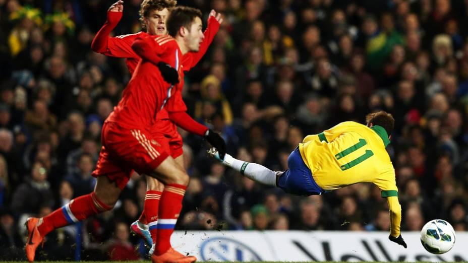 Neymar cai em disputa pela bola com o jogador russo