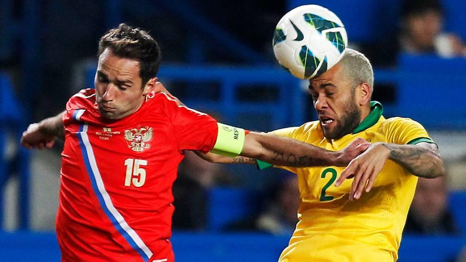 Jogador russo dispiuta a bola com Daniel Alves pelo amistoso entre Brasil e Rússia em Londres