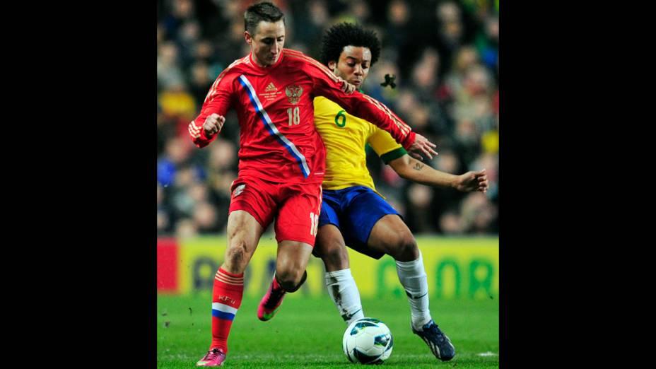 Marcelo tira a bola do jagador russo no amistoso entre Brasil e Rússia em Londres