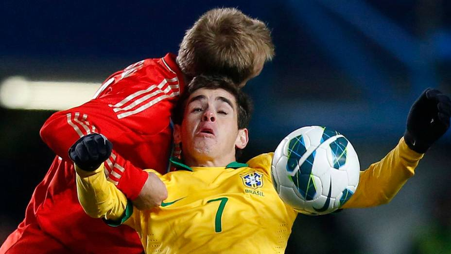 Joigador russo e Oscar disputam a bola, no amistoso entre Brasil e Rússia em Londres