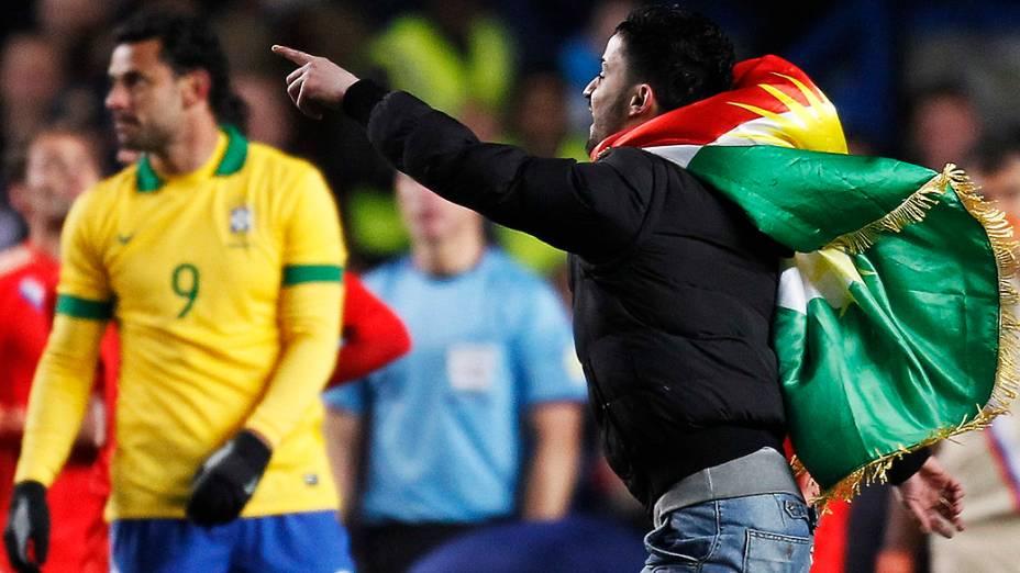 Torcedor invade o campo no amistoso entre Brasil e Rússia em Londres