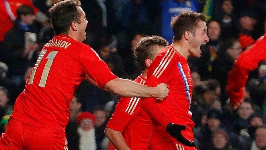 Jogadores da Rússia comemoram o gol contra o Brasil no amistoso em Londres