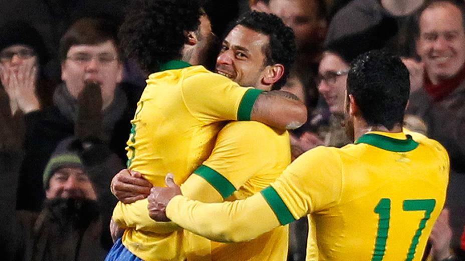 Marcelo abraça Fred, e Hulk chega para comemorar a jogada que acabou em gol salvador