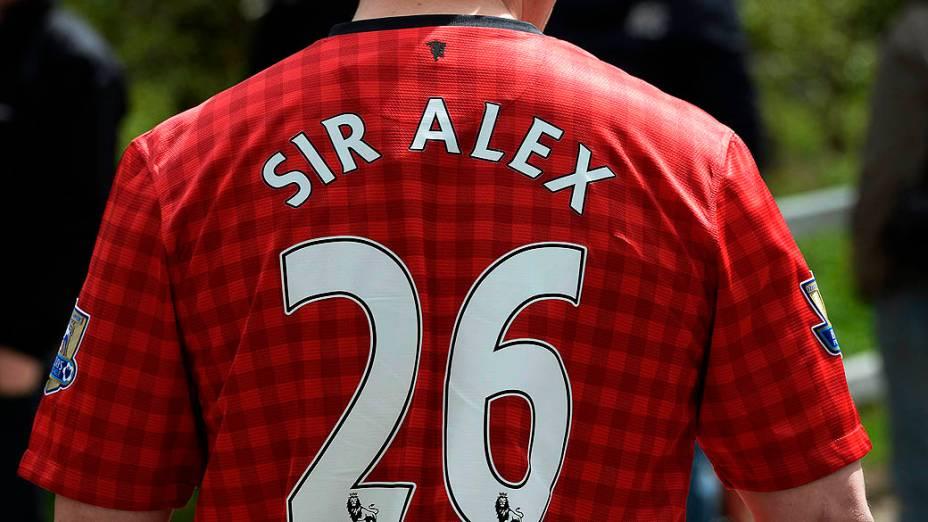 Torcedor usa camisa do Manchester United com o nome do técnico Alex Ferguson, na Inglaterra