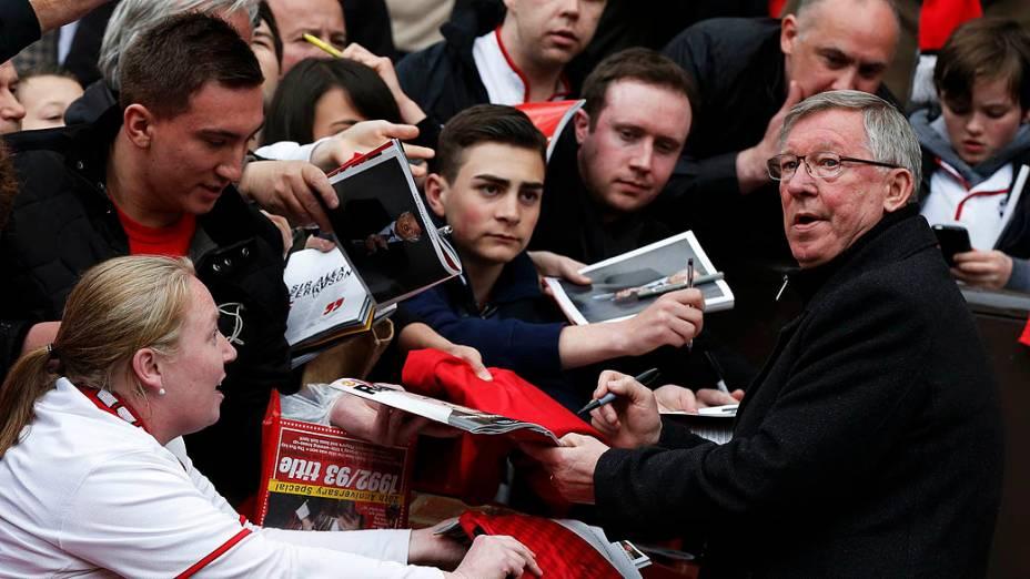 Alex Fergusondá autógrafos antes de seu último jogo em casa antes de se aposentar, no Old Trafford, Inglaterra