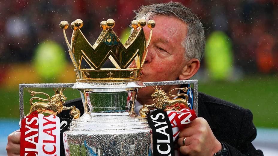 Alex Ferguson beija taça da Premier League, no estádio Old Trafford, em Manchester, Inglaterra