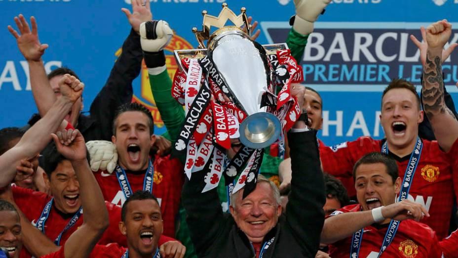 Alex Ferguson levanta a taça da Premier League, no estádio Old Trafford, em Manchester, Inglaterra