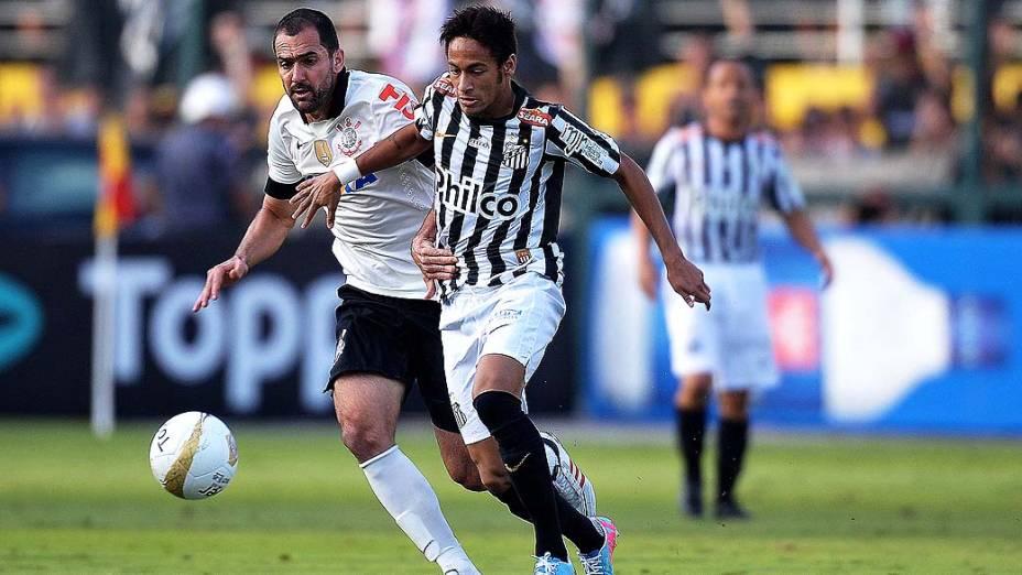 Danilo do Corinthians e Neymar do Santos durante primeira partida da final do Campeonato Paulista no Pacaembu, São Paulo