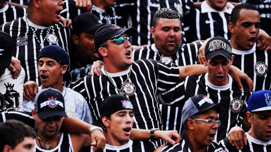 Torcedores cantam em primeira partida da final do Campeonato Paulista de Corinthians e Santos, no Pacaembu, São Paulo