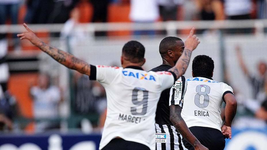 Paulinho e Guerrero comemoram gol em primeira partida da final do Campeonato Paulista de Corinthians e Santos, no Pacaembu, São Paulo